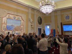 Applausi in sala del Consiglio Comunale per l'elezione di Massimo Olivetti a sindaco di Senigallia