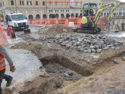 Scavi su ponte 2 Giugno, dove è stato ritrovato l'ordigno - Foto Francesco Sestito