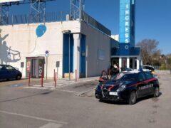 Carabinieri davanti al centro commerciale di via Abbagnano
