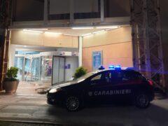 Auto dei Carabinieri davanti all'ingresso del Centro Il Maestrale sfondato dai ladri