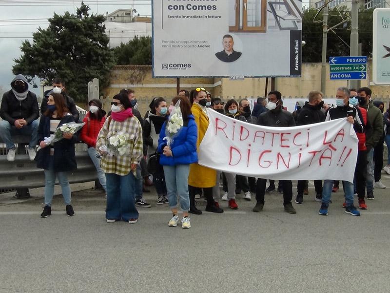 Commercianti manifestano e regalano fiori alle Forze dell'ordine