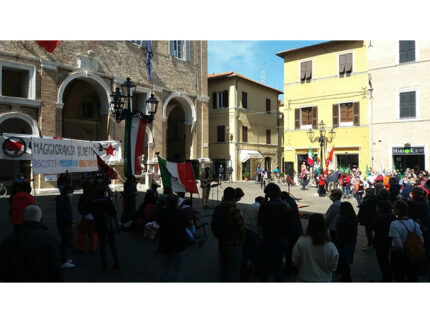 Manifestazione in Piazza Roma, 25 aprile