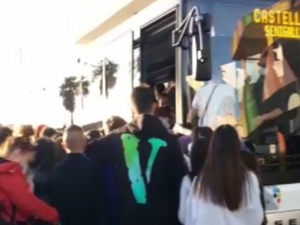Autobus affollato da troppi passeggeri