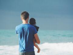 Padre e bambino al mare