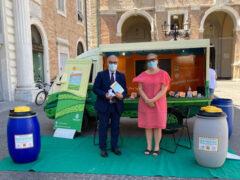 Massimo Bello all'iniziativa per la raccolta degli oli esausti