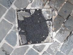 Rattoppi con il bitume tra i sampietrini di via Carducci a Senigallia