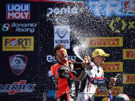 Simone Saltarelli festeggia la vittoria a Vallelunga