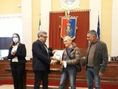 Consegna attestato di ringraziamento a Ivo Rosi, fondatore dell'Auser Volontariato Senigallia