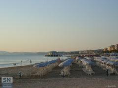 Ombrelloni aperti sulla spiaggia di Senigallia - L'argento - Foto di Michele Brambilla
