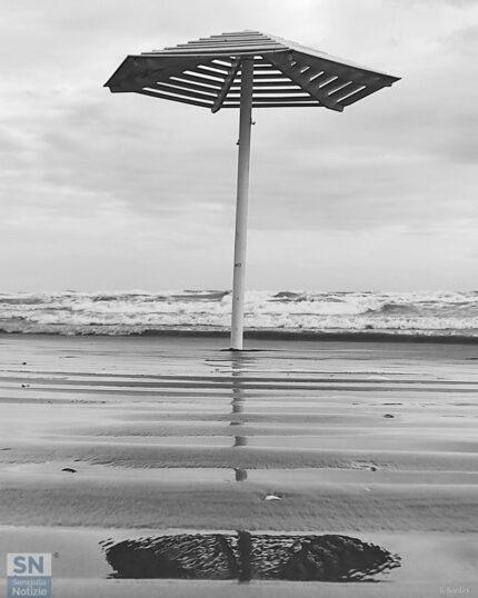 Ombrelloni spogli sulla rava del mare di Senigallia - Assaggio d'autunno - Foto di Simonetta Santini