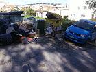 Cumulo di rifiuti non raccolti in via Cellini