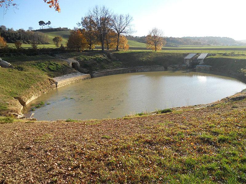 l anfiteatro romano una pozza d acqua stagnante