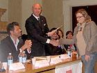 Il Commissario dott. Gianrico Giacchetta consegna l'attestato ad una volontaria