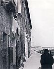 """""""Poveri alla finestra"""", 1953. Foto di Riccardo Gambelli. Tutti i diritti riservati"""