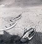 """""""Tre barche sul greto"""", 1956. Foto di Riccardo Gambelli. Tutti i diritti riservati"""