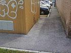 Il percorso ad ostacoli riservato i disabili al parcheggio del poliambulatorio di via Campo Boario