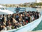 Uno dei tanti barconi carichi di profughi