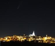 24/07/2020 - Il borgo e la cometa