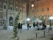 Ragazzi giocano nella neve in Piazza Roma, sotto la tormenta