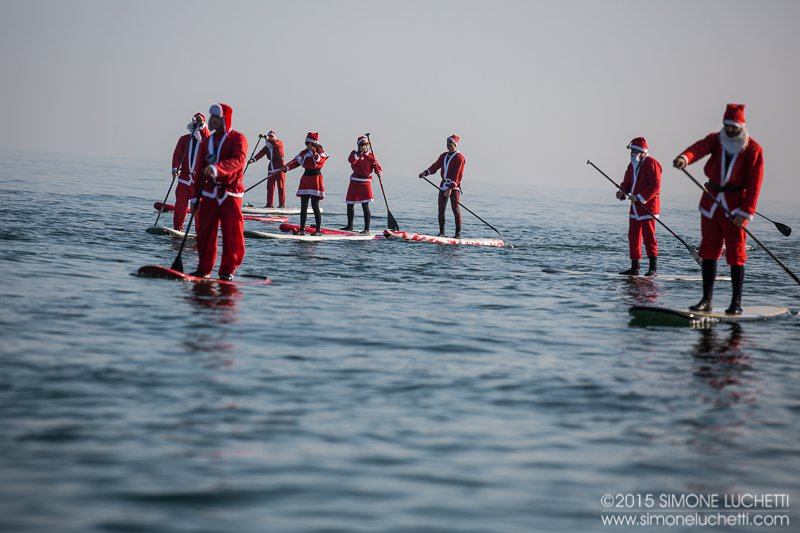 A Senigallia Babbo Natale arriva in SUP dal fiume Misa