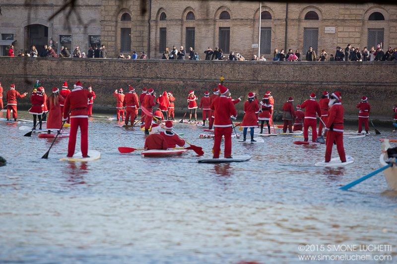 A Senigallia Babbo Natale arriva in SUP dal fiume Misa