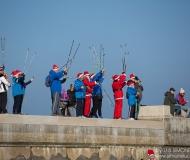 Il gruppo nordic walking saluta i Babbi Natale in SUP a Senigallia