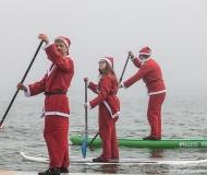 La particolare sfilata natalizia dei Babbi Natale in SUP