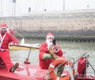 I partecipanti alla sfilata dei Babbi Natale in SUP