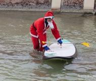 I volti dei tanti Babbi Natale a Senigallia per la sfilata in SUP