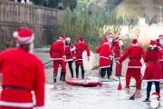 Il fiume Misa di Senigallia si riempie di Babbi Natale