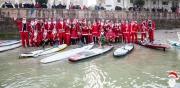 Il gruppo di Babbi Natale sul SUP a Senigallia
