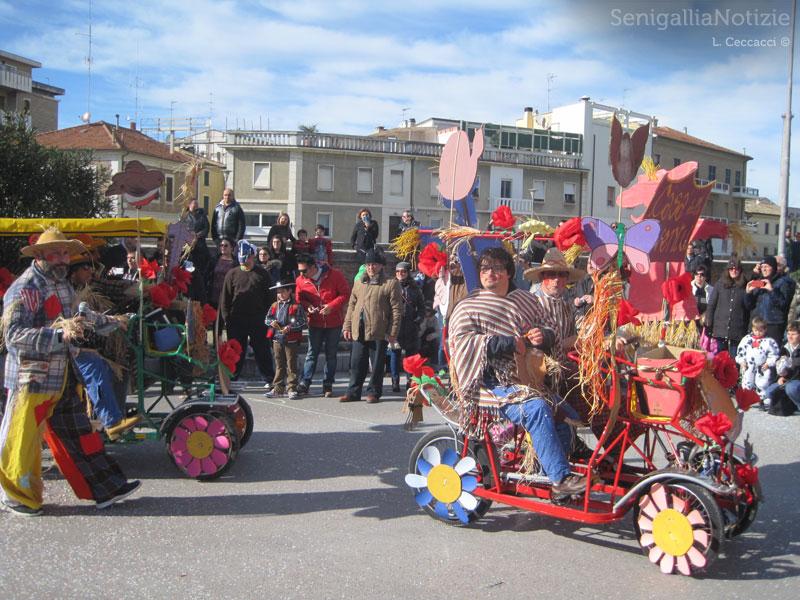Spaventapasseri di Carnevale a bordo dei risciò