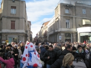 Folla in piazza Saffi per la sfilata di Carnevale