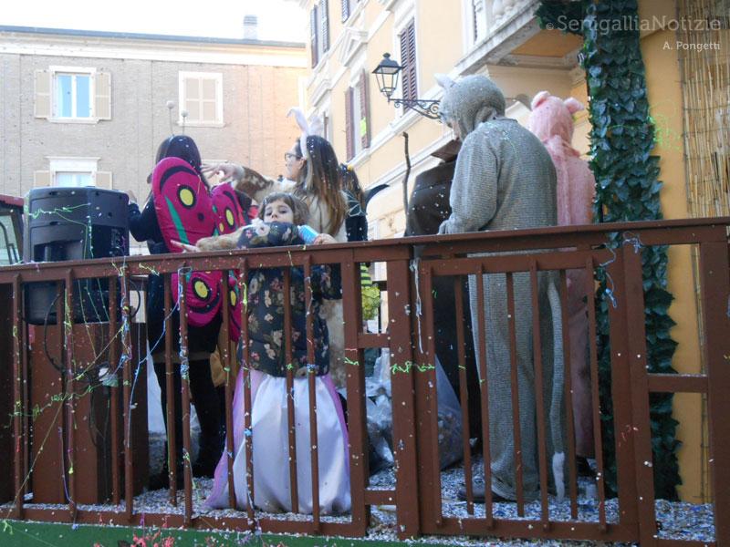 Carnevale di Senigallia - Maschere sui carri