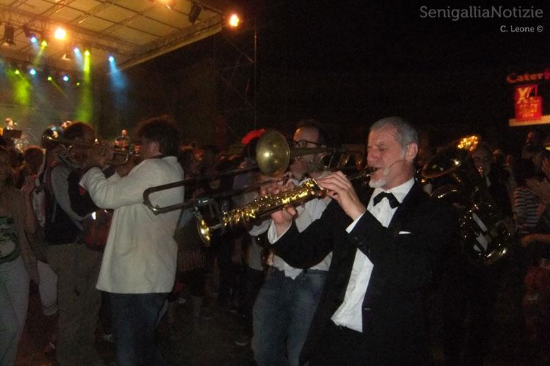 La Banda Osiris tra il pubblico del CaterRaduno di Senigallia