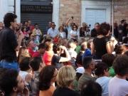 Paolo Maggioni tra la gente di Piazza Roma a Senigallia