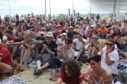 Il pubblico di Caterpillar AM sulla spiaggia di Senigallia