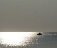 19/02/2016 - Barca in un mare di luce