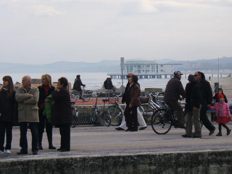 Cittadini al nuovo porto di mare
