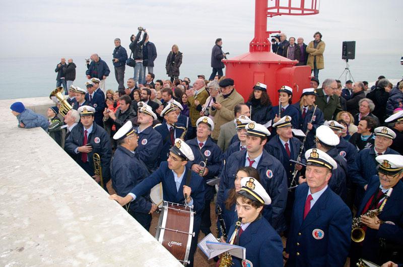 I musicisti della banda cittadina mentre osservano i giochi d'acqua nel porto di Senigallia