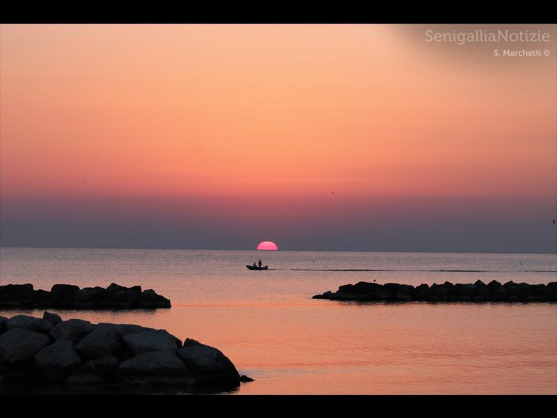 16/01/2014 - I colori dell'alba si riflettono sulle acque del mare