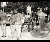 Giovani in maschera sul lungomare di Senigallia - Leopoldi 250