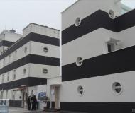 La rinnovata caserma della Guardia Costiera e, sulla sinistra, il vecchio faro di Senigallia