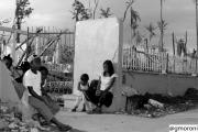 Filippine, novembre 2013: bambini fuori dalla scuola
