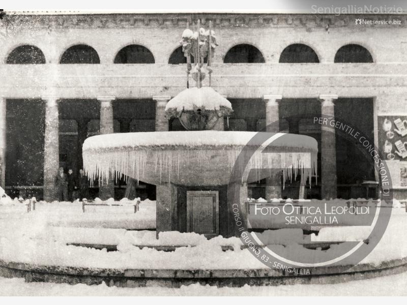 La vecchia fontana del Foro Annonario ghiacciata - Leopoldi-1188