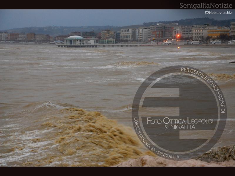 Una mareggiata sferza la costa di Senigallia - Leopoldi-1562