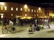 Gente che assiste ai balli di pizzica tarantina in piazza del Duca