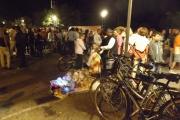 Folla e venditori su lungomare Alighieri di Senigallia
