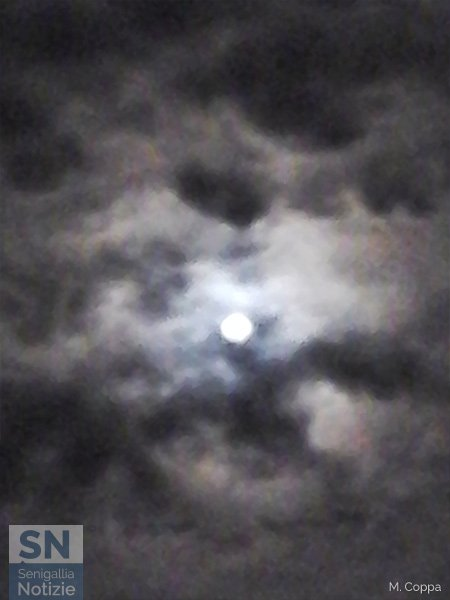 20/10/2015 - La luna si nasconde tra le nubi