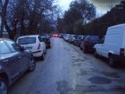 Le auto parcheggiate nelle zone più alte della città